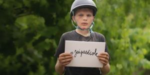 """Enfant montrant une pancarte indiquant """"j'ai pas d'école"""""""
